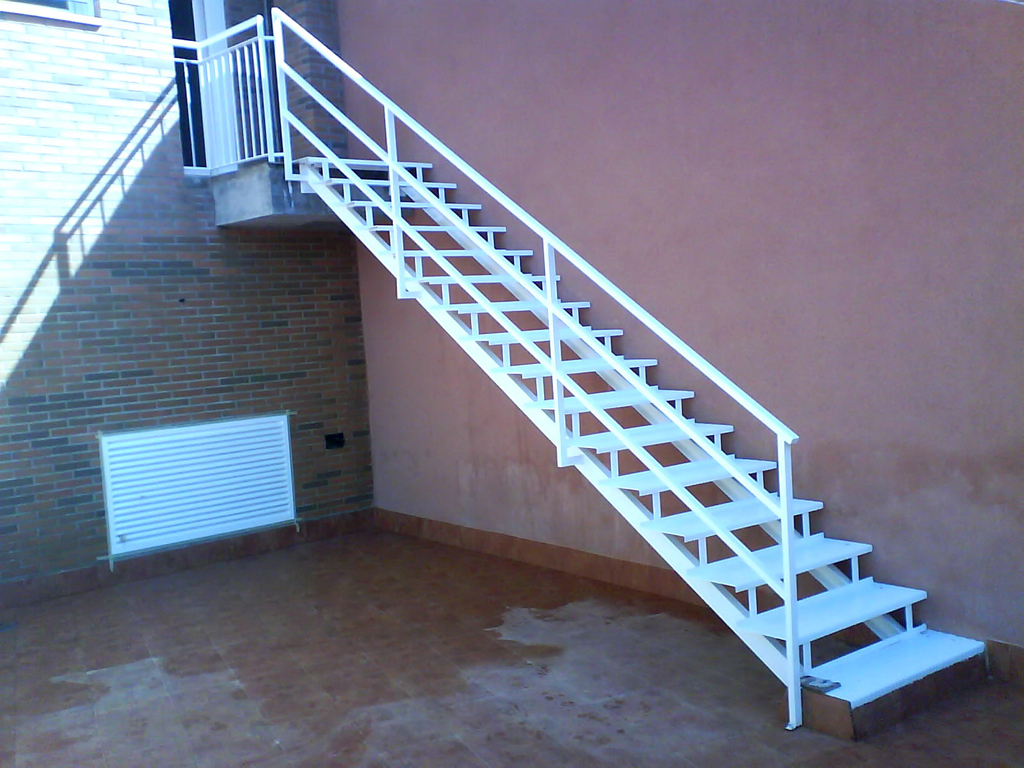 Escaleras y pasarelas talleres armis n taller de - Escalera madera exterior ...