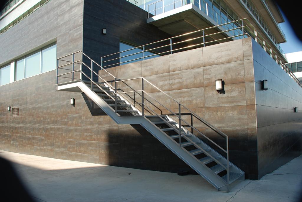 Escaleras y pasarelas talleres armis n taller de for Escaleras para exteriores de madera